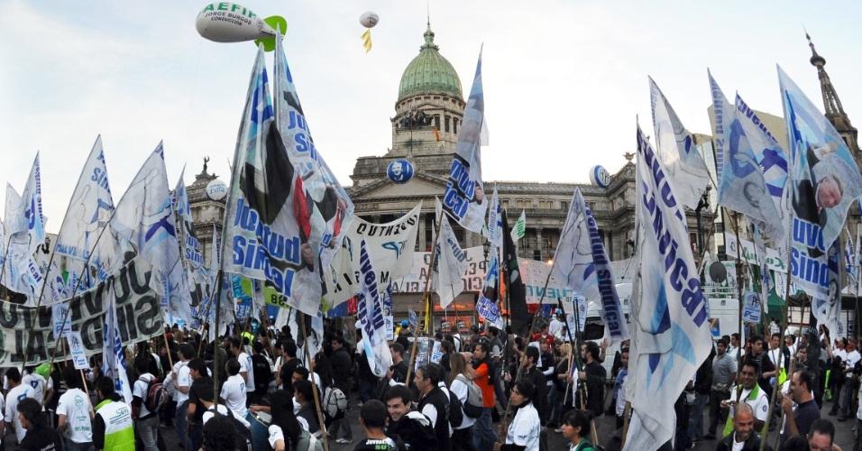 3.mai.2012 - Argentinos fazem passeata em frente ao Congresso Nacional em Buenos Aires, onde foi aprovada a lei de expropriação da companhia petrolífera YPF