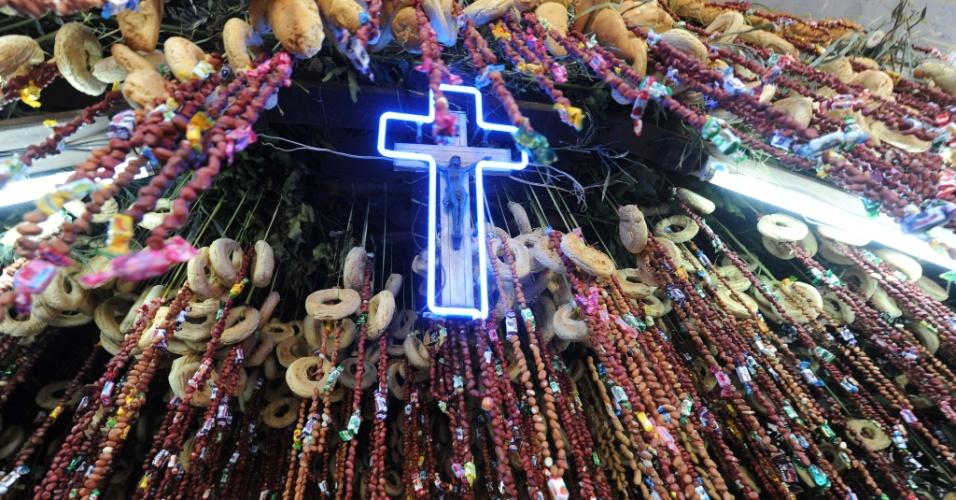 3.mai.2012 - Chipas (bolos tradicionais de queijo e milho) decoram um altar durante celebração católica do Ara Kurusu (Dia da Cruz), em Assunção, Paraguai