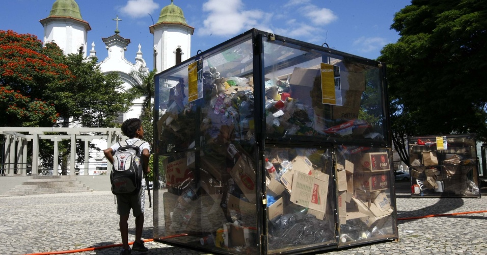 3.mai.2012 - Coletor de lixo é instalado no bairro Santa Theresa, em Belo Horizonte (MG)