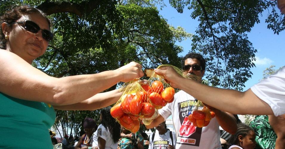 3.mai.2012 - Com os salários cortados devido à permanência da greve iniciada há 22 dias, os professores da rede estadual de ensino da Bahia organizaram uma Feira da Sobrevivência na praça da Piedade, no centro de Salvador