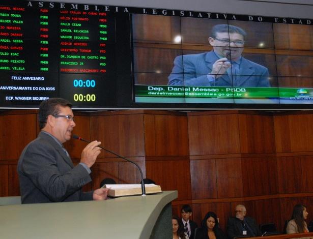 Deputado Daniel Messac (PSDB) lê trecho da Bíblia durante sessão ordinária da Assembleia de Goiás