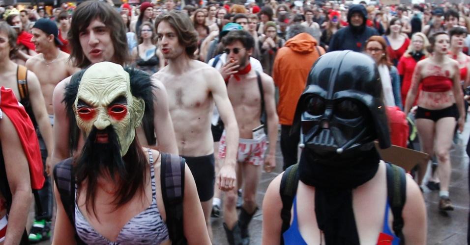 3.mai.2012 - Estudantes canadenses usam máscara e pouca roupa para participar de protesto contra o aumento das mensalidades estudantis realizado em Quebec, Canadá