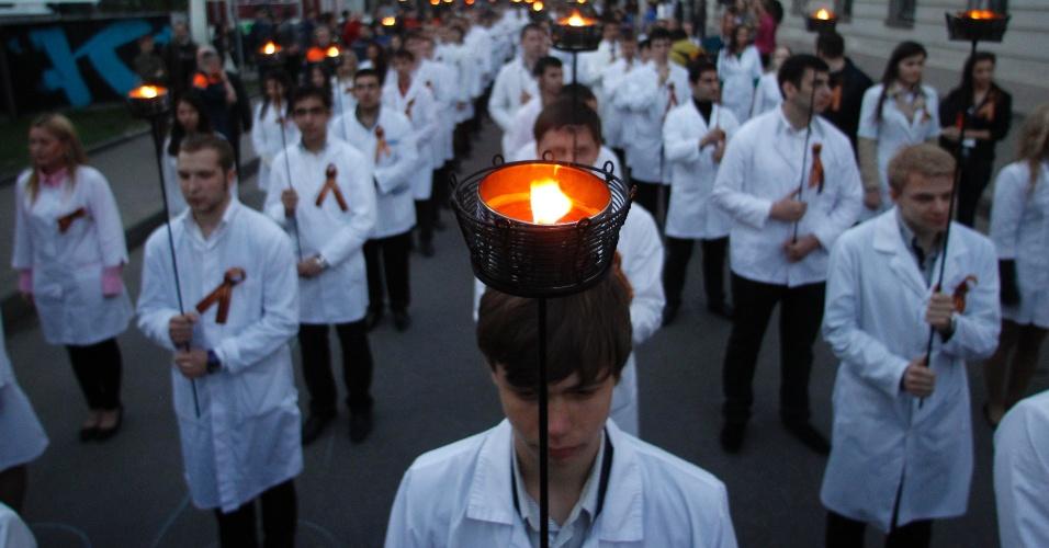 3.mai.2012 - Estudantes de medicina e odontologia da Universidade Estatal de Moscou participam de procissão pelas ruas da capital da Rússia em homenageiam os universitários que morreram na Segunda Guerra Mundial