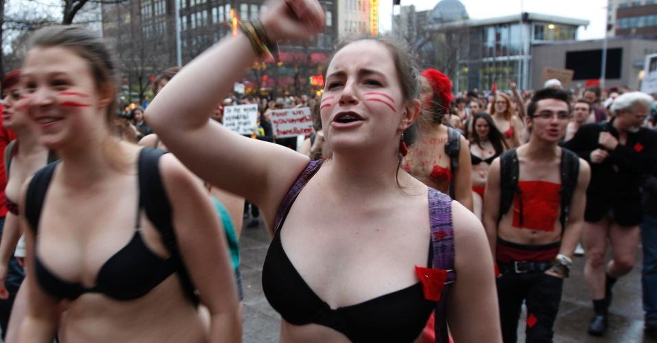 3.mai.2012 - Estudantes expressam com a voz e com o corpo indignação contra o aumento das mensalidades estudantis durante protesto realizado em Quebec, Canadá