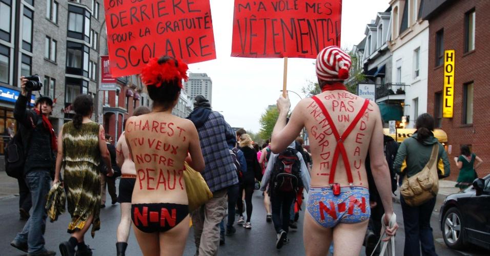 3.mai.2012 - Estudantes protestam contra aumentos das mensalidades durante manifestação no centro de Montreal, Canadá