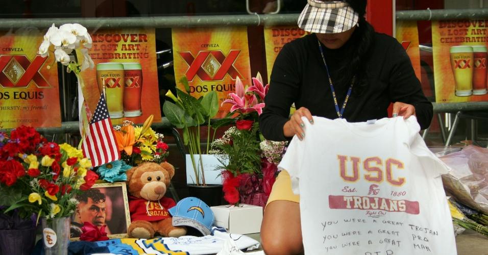 3.mai.2012 - Fã organiza memorial para o astro do futebol americano Junior Seau, que foi encontrado morto no dia 2 em sua casa, na entrada do Restaurante Seau em San Diego, Califórnia