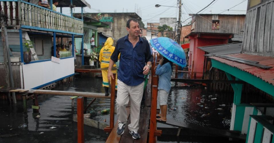 3.mai.2012 - Governador do Amazonas Omar Aziz visita bairros de Igarapé para verificar situação das famílias castigadas pelas cheias do rio Negro