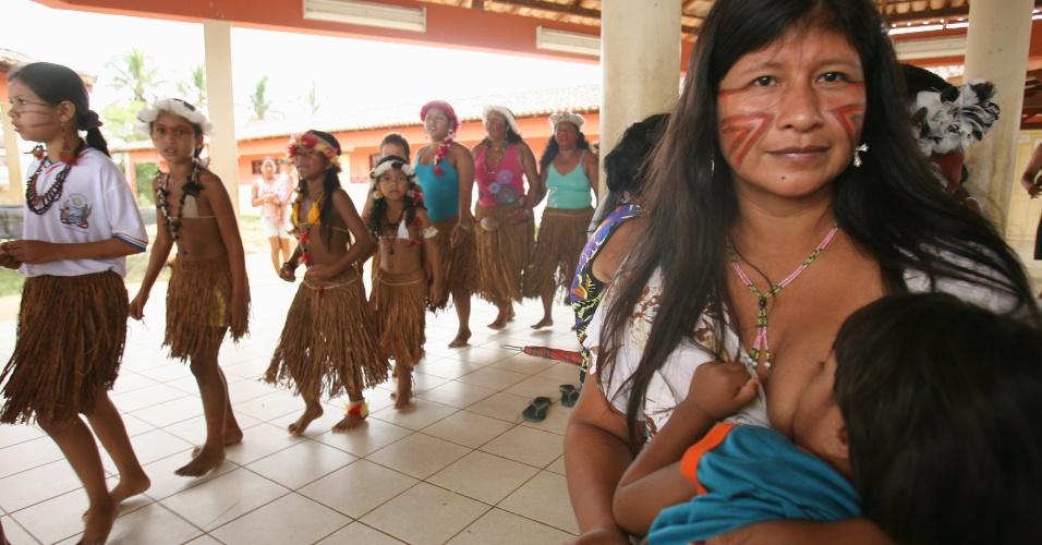 3.mai.2012 - Índios Pataxós festejam a decisão do Supremo Tribunal Federal (STF) em anular os títulos de propriedade de áreas particulares que estejam dentro dos 54 mil hectares da reserva Caramuru Catarina - Paraguaçu, próximo ao município de Pau Brasil, no Sul da Bahia