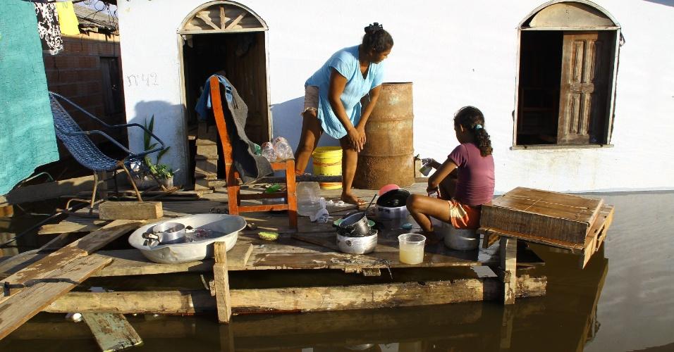 3.mai.2012 - Moradores improvisam uma cozinha diante das inundações que castigam grande parte do bairro Nova Veneza em Cacau Pereira, distrito de Iranduba, Amazonas. A região é uma das atingidas pelas cheias do Rio Negro