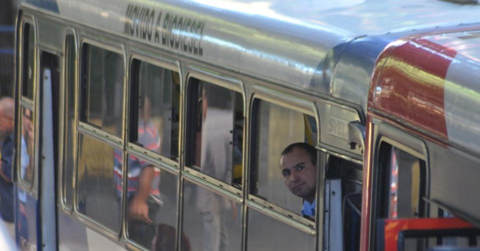 3.mai.2012 - Motoristas e cobradores do transporte coletivo de Campinas, no interior de São Paulo, ficaram sem trabalhar entre as 11h e 11h40 , em protesta à falta de estrutura para os trabalhadores nos terminais da cidade