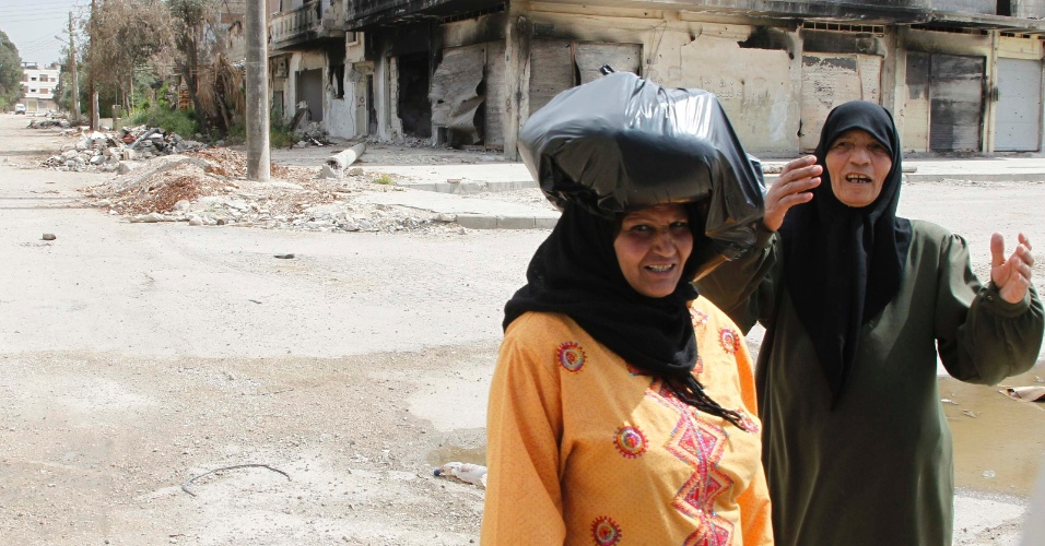 3.mai.2012 - Mulheres s&#237;rias passeiam pelo bairro Amr Baba em Homs durante a visita dos observadores das Na&#231;&#245;es Unidas no pa&#237;s