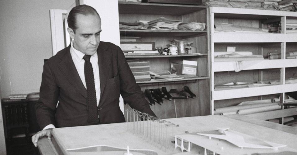 3.mai.2012 - Niemeyer observa maquete usada para a construção da capital brasileira
