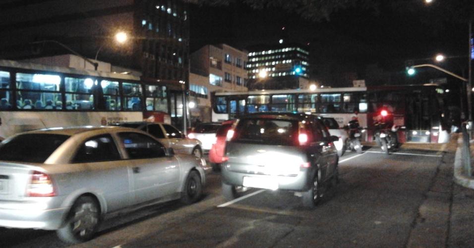 3.mai.2012 - Ônibus fecha cruzamento e intensifica ainda mais trânsito na capital paulista
