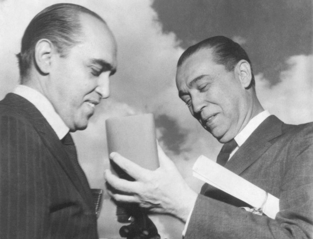 3.mai.2012 - Oscar Niemeyer (à esq.) com o presidente Juscelino Kubitschek, em 1959