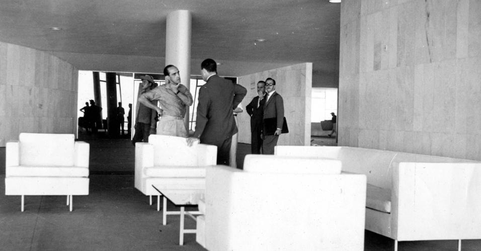 3.mai.2012 - Oscar Niemeyer conversa em Brasília, em abril de 1962