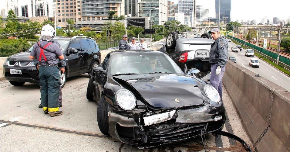 3.mai.2012 - Um Porsche bateu em outro veículo na ponte Estaiada, sentido Roberto Marinho, em São Paulo. De acordo com a polícia, o motorista do Porsche estava com o documento atrasado e não tinha Carteira Nacional de Habilitação (CNH). Ninguém ficou ferido