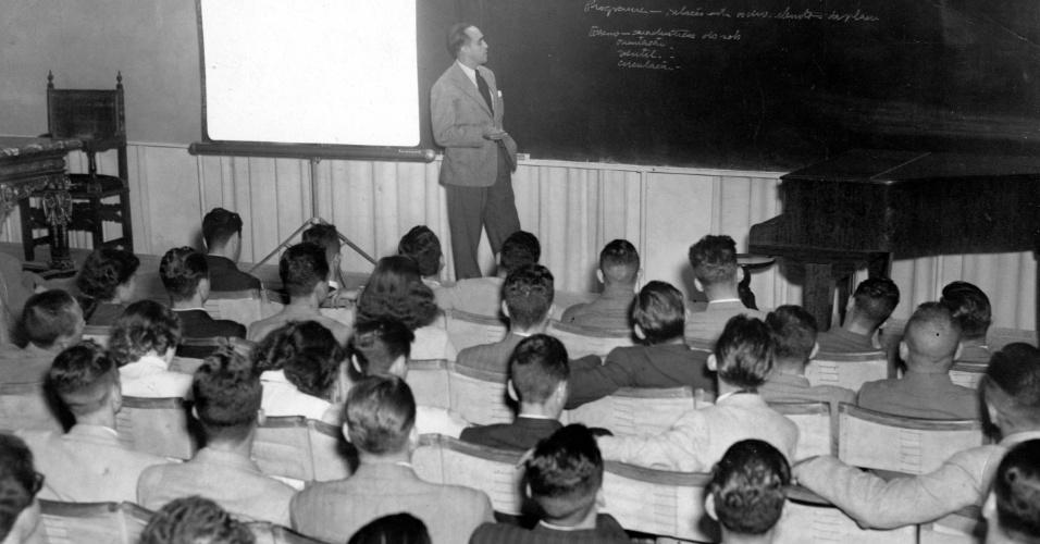 3.mai.2012 0 - O arquiteto Oscar Niemayer dá aula no curso de Arquitetura no Masp (Museu de Arte de São Paulo), em 1949
