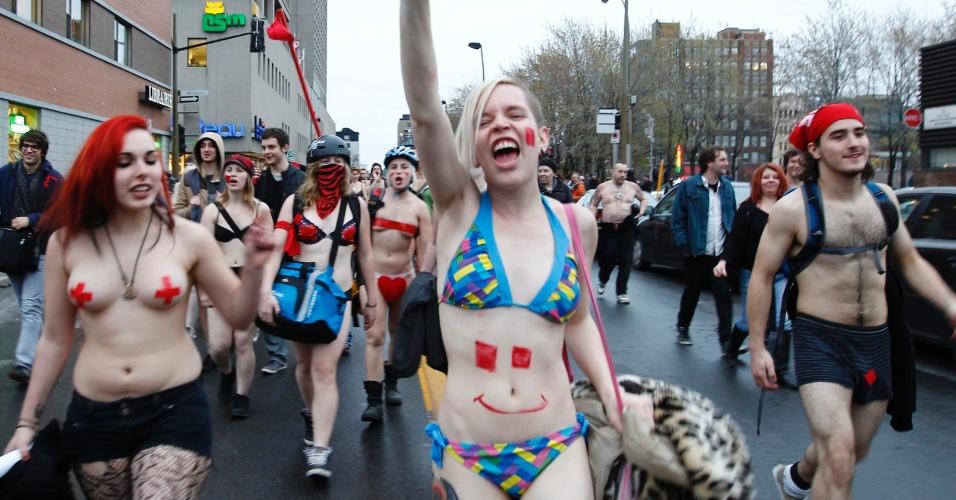 3.mai.2013 - Estudantes protestam contra aumentos das mensalidades durante manifestação no centro de Montreal, Canadá