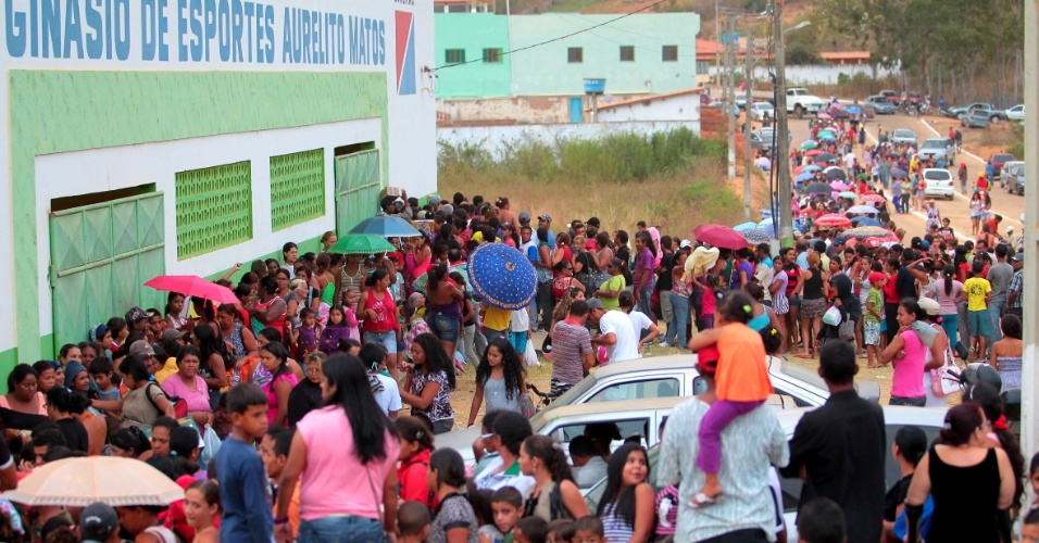 3.mai.2013 - Moradores de Encruzilhada, no sul da Bahia, formaram fila em frente ao Gin&#225;sio Poliesportivo da cidade, onde oitenta e cinco m&#233;dicos de 14 especialidades est&#227;o realizando atendimento m&#233;dico gratuito 