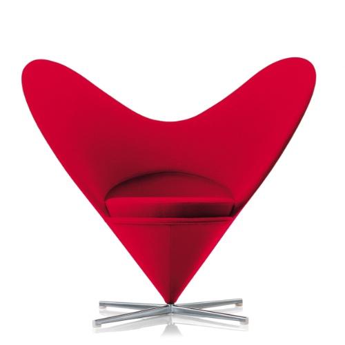 A poltrona miniatura Heart Cone, desenhada em 1959 por Verner Panton, tem corpo laminado e mede 13 x 14 x 12 cm