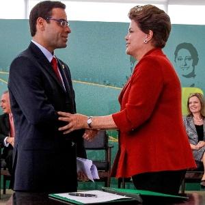 A presidente Dilma Rousseff cumprimenta o novo Ministro do Trabalho e Emprego, Brizola Neto, durante cerimônia de posse em Brasília (DF)