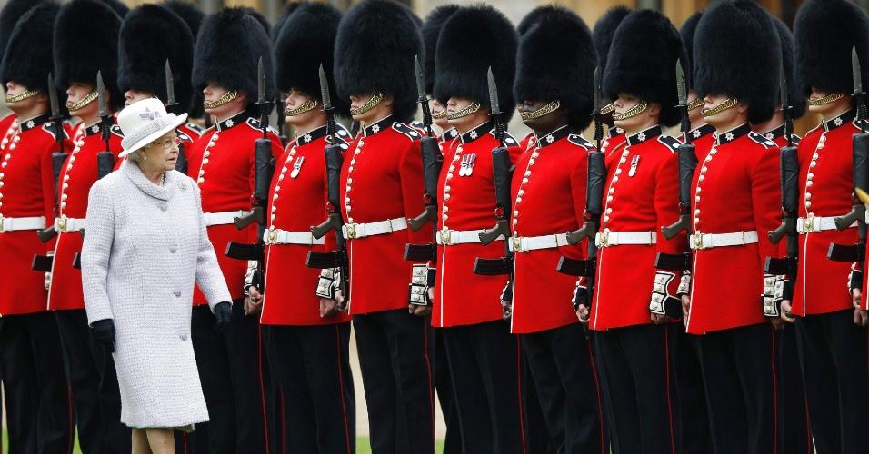 A rainha da Inglaterra, Elizabeth 2ª, passa em inspeção à guarda durante cerimônia para apresentar as novas cores do primeiro Batalhão no castelo de Windsor, próximo a Londres (Reino Unido)