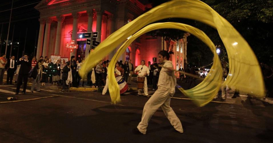 """3.mai.2012 - Atores do grupo teatral """"Hara"""" realizam performance em frente ao Panteão Nacional dos Heróis, antes de procissão na véspera de Kurusu Ara, ou o Dia da Cruz, em Assunção, capital paraguaia. O Kurusu Ara é um festival religioso, católico, combinado com as culturas locais Gurani, celebrado anualmente em 3 de maio"""