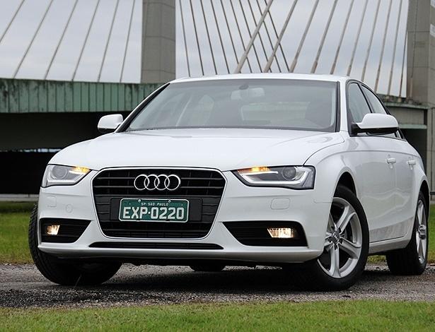 Audi A4 2013, na versão Ambiente: dianteira mais longilínea e com luzes de xênon e LEDs
