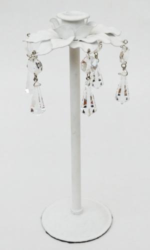 Com estrutura de ferro pintada, o castiçal tem design Márcia Perasso e detalhes em cristal. À venda na Galpão Conceito
