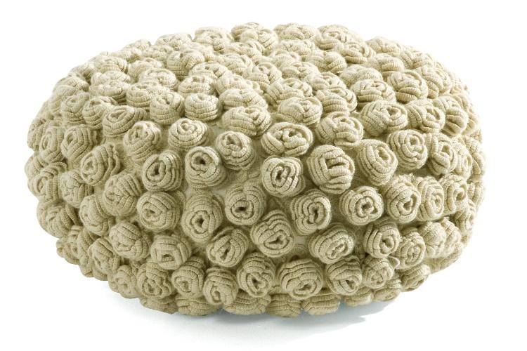 Da Prima Design, o Puff de Flor Cru confeccionado em lã natural e trabalhado em crochê,  à venda na ObraVip.com (www.obravip.com) por R$ 1.570,50