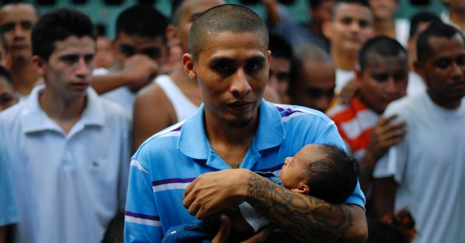 3.mai.2012 - Detento membro de gangue segura filho em prisão de Quetzaltepeque, em El Salvador