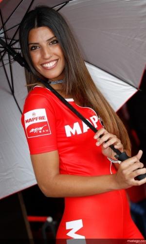 Durante etapa da Espanha da MotoGP, grid girl se protege da chuva e esbanja sensualidade