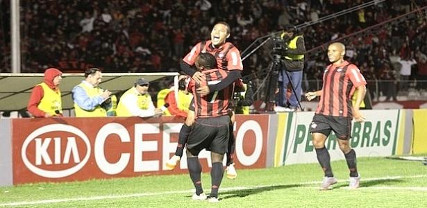 Edigar Junio, do Atlético-PR, comemora gol contra o Cruzeiro (02/05/2012)