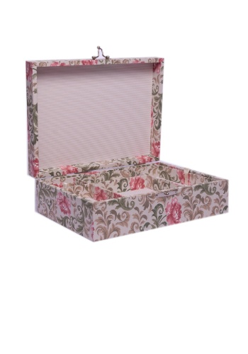 Feita à mão, a caixa para joias (23 x 17 x 10,5 cm) é forrada por tecidos florais e listrados e está à venda na Theodora Home
