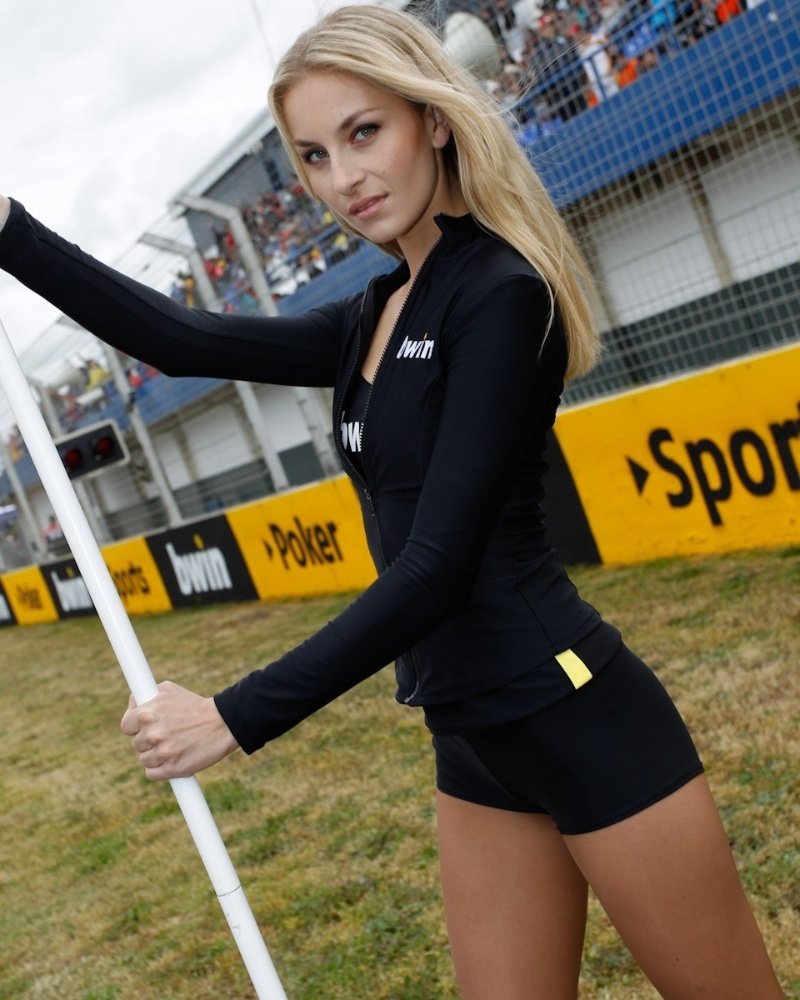 Grid girl da MotoGP mostra sua beleza e posa para foto durante corrida na Espanha