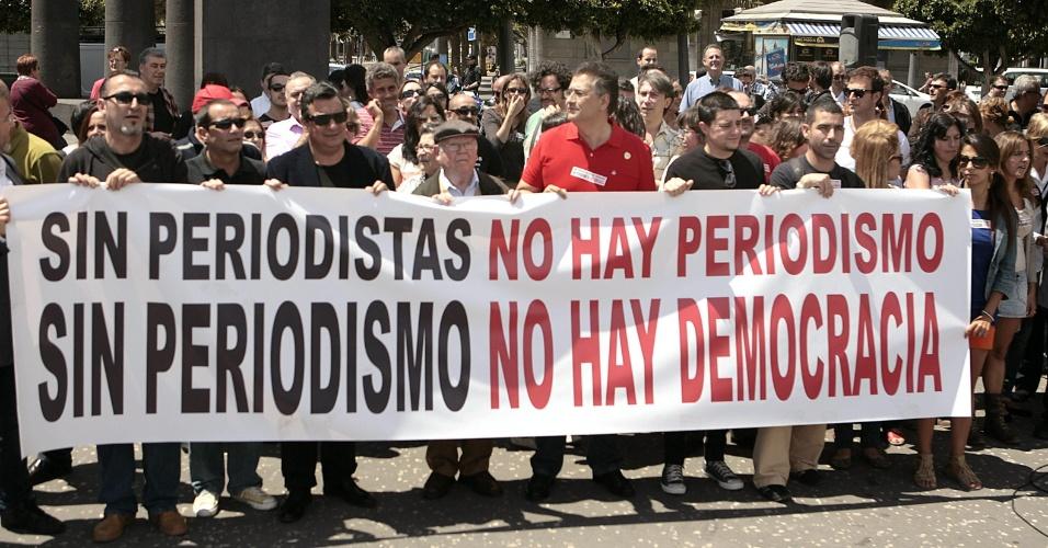 Jornalistas da Associação de Imprensa de Tenerife e do sindicato UPCc realizam manifestação para em prol de uma melhora nas condições dos companheiros dos meios de comunicação no Dia Mundial da Liberdade de Imprensa