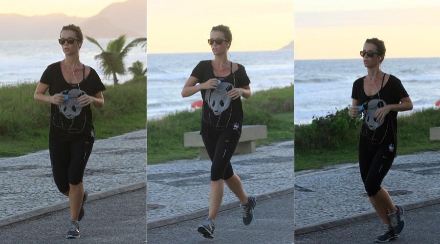 Juliana Didone se exercia pela orla da praia da Barra da Tijuca, zona oeste do Rio (3/5/12)