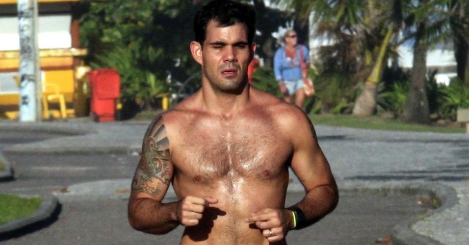 Juliano Cazarré corre na praia da Barra, na zona oeste do Rio (2/4/12).