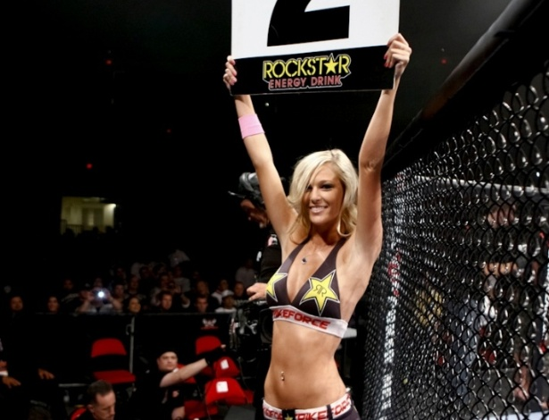 Kelli Hutcherson é uma das ring girls do Strikeforce