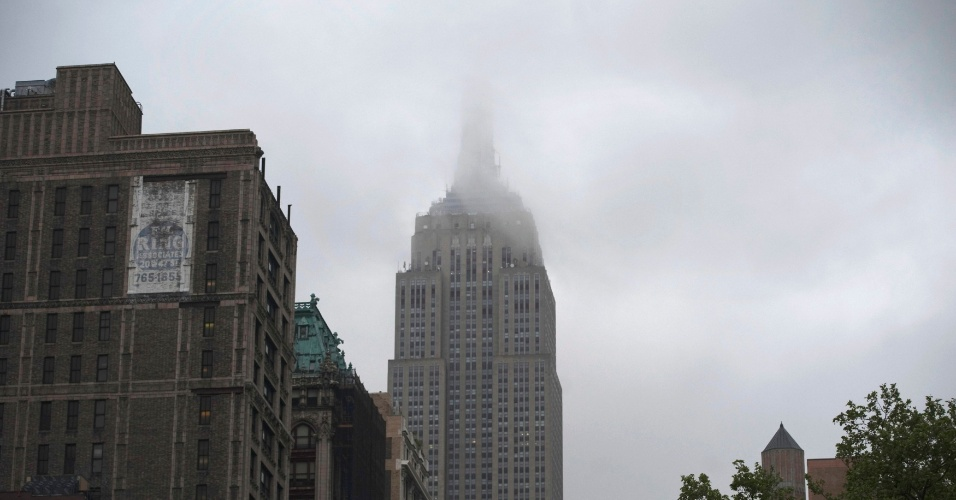 Neblina cobre o topo do pr&#233;dio do Empire State, em Nova York (EUA)