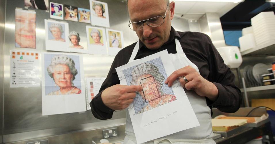 """O fundador da """"Konditor and Cook"""", Gerhard Jenne mostra um modelo para o bolo de 8,73 metros quadrados, feito com 3120 bolinhos, que será exposto no festival do jubileu de diamanta da rainha, em 3 de junho, em Londres (Reino Unido)"""