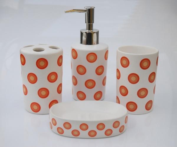 O kit para banheiro em cerâmica, à venda na Armarinhos Fernando (www.armarinhos-fernando.com.br),  tem estampa de bolinhas e formado por porta-escovas, copo, saboneteira e dispenser para sabonete líquido