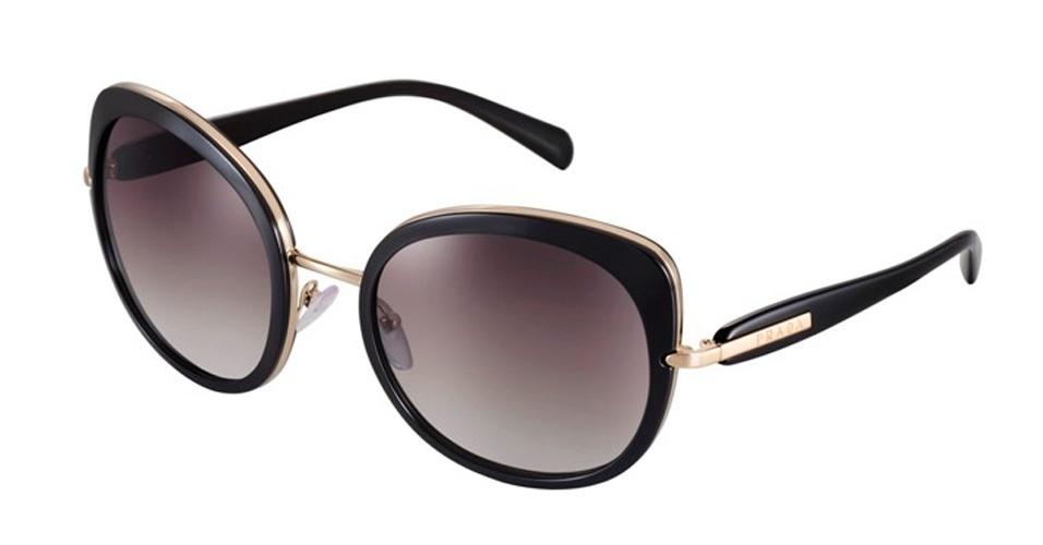 Óculos preto e dourado da Prada; R$ 900, na Luxottica