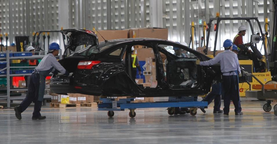 3.mai.2012 - Operários trabalham na linha de montagem do novo Ford Tailândia, nesta quinta-feira (3), que está sendo fabricado na província de Rayong, a oeste da capital do país, Bangcoc
