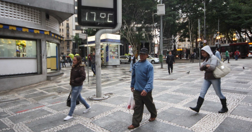 3.mai.2012 - Pedestres agasalhados passam por term&#244;metro no centro de S&#227;o Paulo, que marca 17&#186; Celsius nesta manh&#227; fria. A previs&#227;o &#233; de que a temperatura m&#225;xima chegue a 23&#186;C na capital paulista