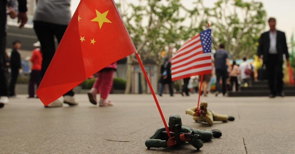 3.mai.2012 - Soldados de brinquedo com bandeiras chinesa e americana são vendidos em rua em Xangai, na China, nesta quinta-feira (3)