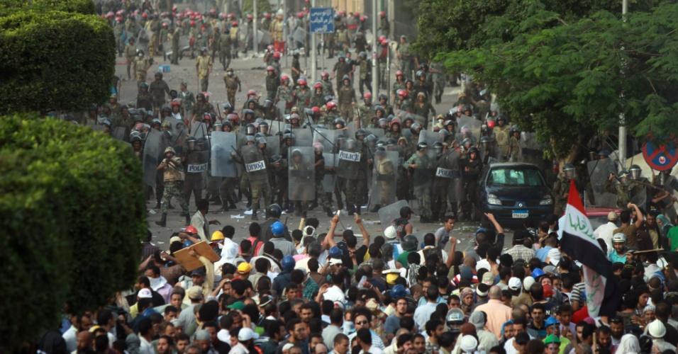 04.mai.2012 - Egípcios entram em confronto com o batalhão de choque da polícia durante protesto em frente ao prédio do Ministério da Defesa, no Cairo, Egito