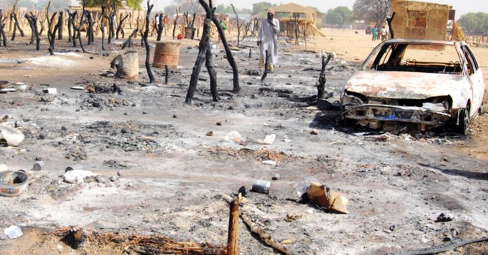 04.mai.2012 - Homem observa mercado destruído por bandidos em Potiskum, na Nigéria