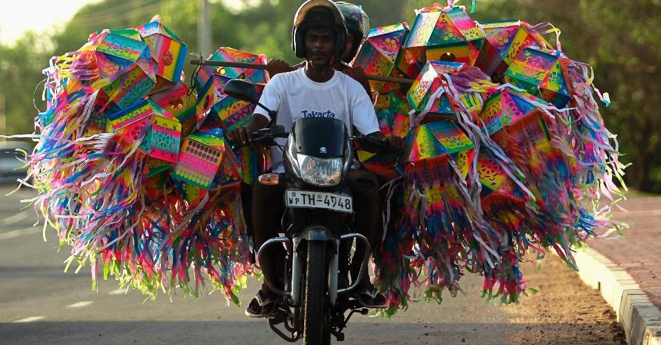 04.mai.2012 - Homem transporte lanternas para decoração em uma moto para as celebrações do Dia de Vesak, em Colombo, no Sri Lanka
