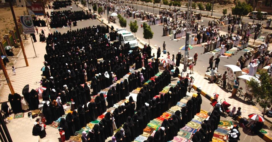 04.mai.2012 - Homens e mulheres atendem às preces semanais durante protesto contra o governo em Sanaa, no Iêmen